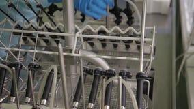 Close-up Bereidt de vrouwen medische arbeider endoscopisch innovatief materiaal voor sterilisatie voor stock videobeelden