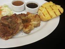 Close-up, bife da carne de porco com pepper& preto x28; isolado no black& x29; Imagens de Stock Royalty Free