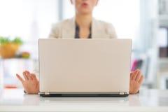 Close-up bij het bedrijfsvrouw mediteren dichtbij laptop Royalty-vrije Stock Afbeeldingen