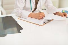Close-up bij medische artsenvrouw het werken in bureau Stock Afbeelding