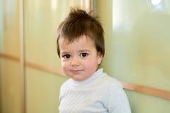 Close-up binnenportret van een babyjongen met ongehoorzaam haar De diverse emoties van een kind royalty-vrije stock fotografie
