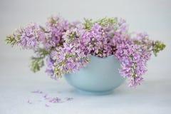 Close-up bloemensamenstelling met lilac bloemen stock afbeeldingen