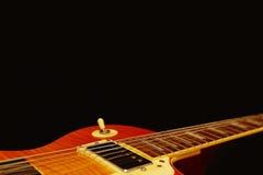 Close up bonde da guitarra dos azuis do vintage no fundo preto, com abundância do espaço da cópia Foco seletivo Imagem de Stock Royalty Free