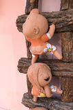 close-up, boneca engraçada em uma escada de madeira, cor de processo fotografia de stock