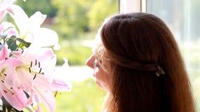 Close up bonito da mulher com lírio da flor Anúncio anunciar Face do sorriso flirt vídeos de arquivo