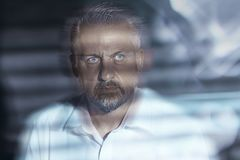 Close-up borrado de uma cara de meia idade incomodada do ` s do homem com olhos fotografia de stock