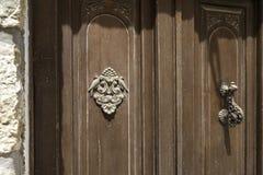 Close-up Botão do vintage para bater na porta e um elemento decorativo com pássaros fotografia de stock royalty free