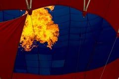 Close-up brandende brander, heldere vlam tegen Hete luchtballon Het voorbereidingen treffen om een vliegende luchtballon te lance Stock Foto's
