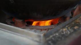 Close-up brandende steenkool in een brand Heldere oranje vlam die binnen branden 4K stock video