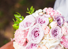 Close-up of bride bouquet and wedding rings Royalty Free Stock Photos