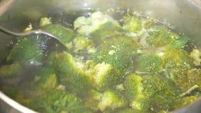 Close-up Broccoli om in een pan met kokend water te koken 4k, langzame motie De ruimte van het exemplaar stock video