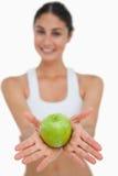 Close-up brunetką zielony jabłczany mienie Obraz Stock
