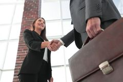 Close up of businessman and businesswoman shaking hands Royalty Free Stock Images