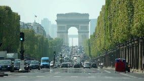 Close-up Champs-Elysees e Arc de Triomphe Paris video estoque