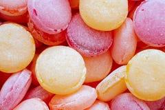 Close-up colorido bonito dos pirulitos Porca do chocolate em uma caixa da lata Doces amarelos, alaranjados, vermelhos, roxos, cor imagem de stock