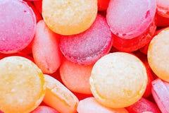 Close-up colorido bonito dos pirulitos Porca do chocolate em uma caixa da lata Doces amarelos, alaranjados, vermelhos, roxos, cor foto de stock royalty free