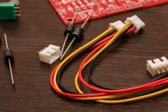 Close-up colorido da placa dos fios, do resistor e de circuito imagens de stock royalty free
