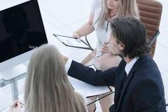 close-up Commercieel team die met documenten in een modern bureau werken stock afbeelding