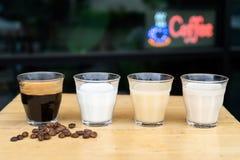 Close-up como fazer o café do latte do gelo, o café dos ingredientes fotos de stock