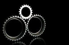 Close up conectado cinzento das engrenagens sobre o fundo preto Imagens de Stock