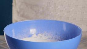 Close-up, Cook Sifts de Bloem door een Zeef in een Blauwe Kom stock footage