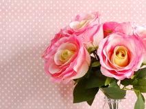 Close up cor-de-rosa artificial da flor no às bolinhas cor-de-rosa com fundo da cópia do espaço Imagem de Stock Royalty Free