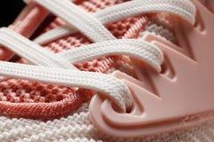 Close-up cor-de-rosa das sapatas da mulher do laço imagem de stock