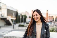 Close-up coreano da jovem mulher que olha o sorriso da câmera e o ha Foto de Stock