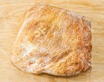Close-up cozido fresco do pão italiano do ciabatta na placa de madeira Vista superior fotos de stock royalty free