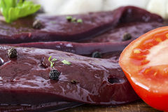 Close up cru do fígado e do tomate Imagem de Stock Royalty Free
