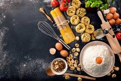 Close up cru dos espaguetes da variedade da massa do conceito italiano do alimento vário imagens de stock