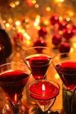 Close-up czerwone wino w szkłach, świeczce i baubles Obrazy Royalty Free