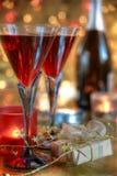 Close-up czerwone wino w szkłach, świeczce i prezencie. Fotografia Royalty Free