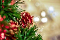 Close-up da árvore de Natal com luzes defocused do fundo fotos de stock royalty free