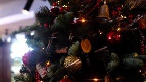 Close-up da árvore de Natal decorada com festão Quadro Árvore de Natal bonita decorada com bolas coloridas e vídeos de arquivo