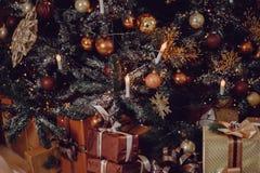 Close-up da árvore de Natal no marrom caro bonito de madeira fotografia de stock