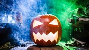 Close up da abóbora assustador para Dia das Bruxas com fumo da cor ilustração do vetor