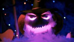 Close-up da abóbora grande de Dia das Bruxas nas luzes e no fumo do clube vídeos de arquivo