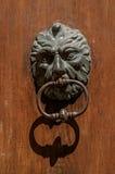 Close-up da aldrava cara-dada forma na porta de madeira em Aix-en-Provence Fotos de Stock