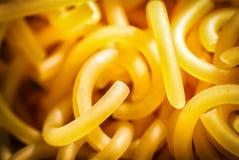 Close-up da aletria, saboroso cru torcido macro, amarelo fotografia de stock royalty free