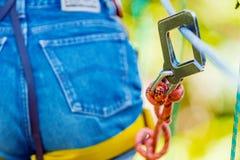 Close-up da asseguração protetora do metal para a escalada extrema fotografia de stock royalty free