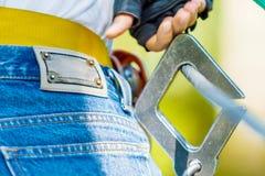 Close-up da asseguração protetora do metal para a escalada extrema imagens de stock royalty free
