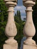 Close up da balaustrada italiana de Palladian do estilo, da floresta bonita e do rio no fundo fotografia de stock royalty free