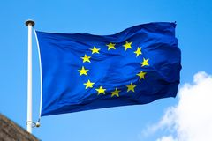 Close-up da bandeira da UE no céu azul do fundo foto de stock