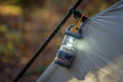 Close up da barraca e da lanterna na queda Fotografia de Stock