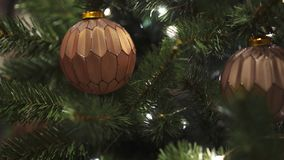 Close-up da bola bege do Natal dois no abeto artificial vídeos de arquivo