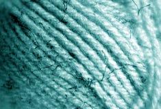 Close-up da bola do fio com efeito do borrão na cor ciana fotos de stock