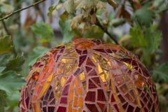 Close-up da bola do jardim do mosaico nas máscaras das laranjas, dos vermelhos e do ouro feitos das telhas do vitral, projeto abs imagens de stock royalty free