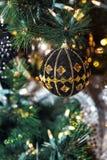 Close up da bola preta do Natal que pendura em uma árvore de Natal Fotografia de Stock