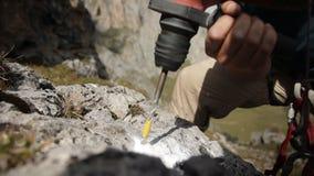 Close-up da broca de martelo um furo na rocha vídeos de arquivo